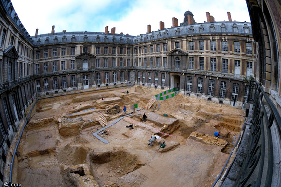 Fouille de la cour du Grand Commun du château de Versailles (Yvelines), 2007. Archéologue responsable d'opération : Jean-Yves Dufour